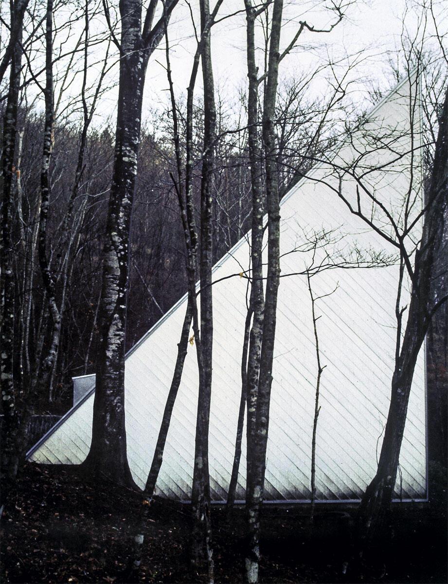 Westfassade Prism House, Yamanakako, Japan, 1974. Die Idee für das weisse Dreieck entstammte einem früheren, nicht realisierten Projekt. Die pure Geometrie im Wald situierte Kazuo Shinohara zwischen dem Zweiten und dem Dritten Stil.