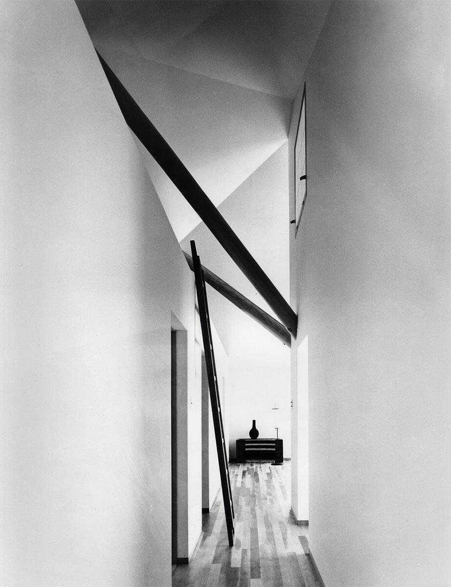 Noch sind Tradition und Tragstruktur spürbar, aber im South House in Hanayama (1968) kündigt sich bereits der «Spaltraum» an — Merkmal des Zweiten Stils. Der Philosoph Koji Taki betätigte sich als Kazuo Shinoharas Kritiker und hielt diesen Übergang als Amateurfotograf fest.