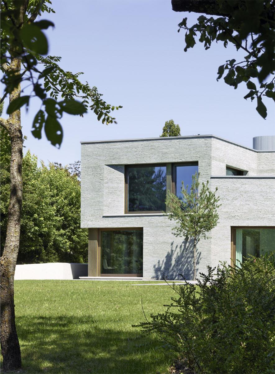 Gartenseite mit Wohn- und Speiseraum und dem privaten Schlafzimmer der Hausherren. Villa in Cologny von Charles Pictet.