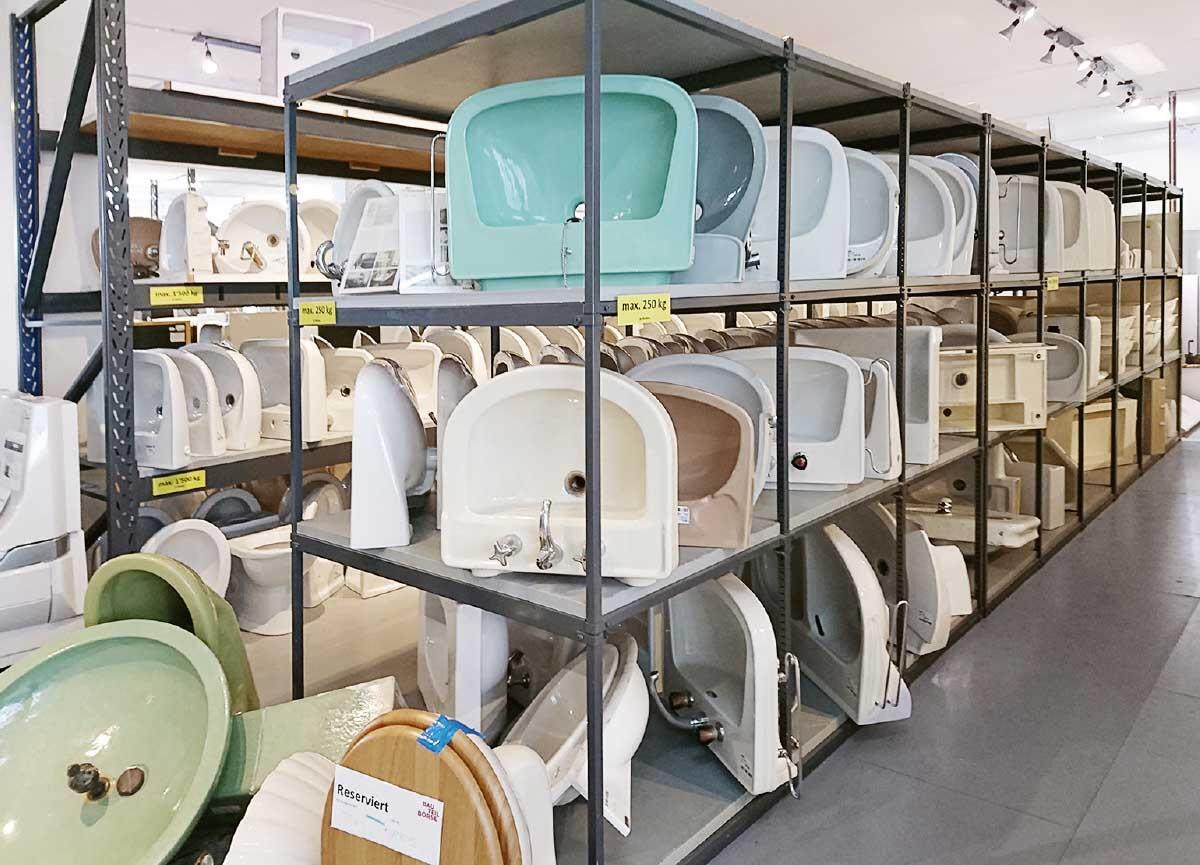 In der Bauteilbörse auf dem Dreispitz Basel stehen Waschbecken zur Wiederverwendung bereit.  Bild: Architektur Basel