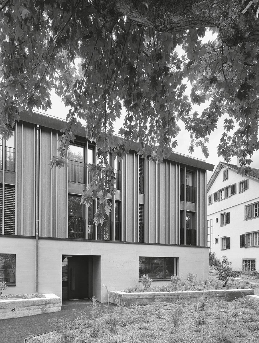 Ersatz, Ensemble, Nachverdichtung: Das neue Mehrfamilienhaus in Küsnacht ZH von Neff Neumann entwickelt sich aus dem Volumen der alten Scheune heraus und gesellt sich gleichwertig zum Herrenhaus.