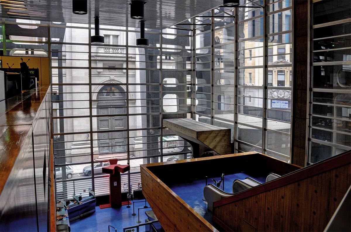 Die Arbeitsplätze im Innenraum und der Bezug zum bestehenden Stadtkontext.