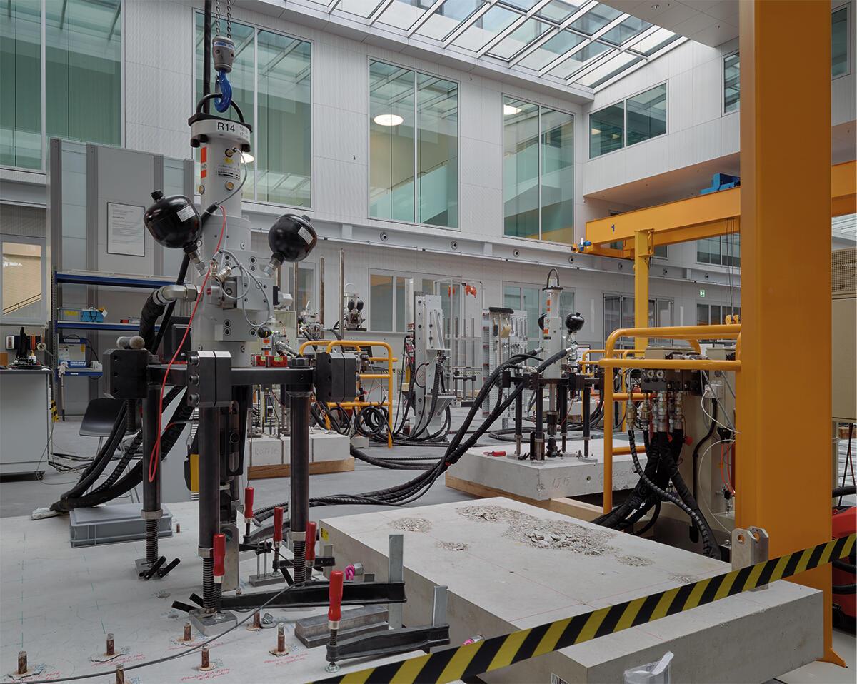 Im Innovationszentrum von Hilti in Schaan von Giuliani Hönger Architekten steht die Halle für Versuche im Mittelpunkt. Am Werkstoff Beton werden neue Produkte auf ihre Wirksamkeit getestet.