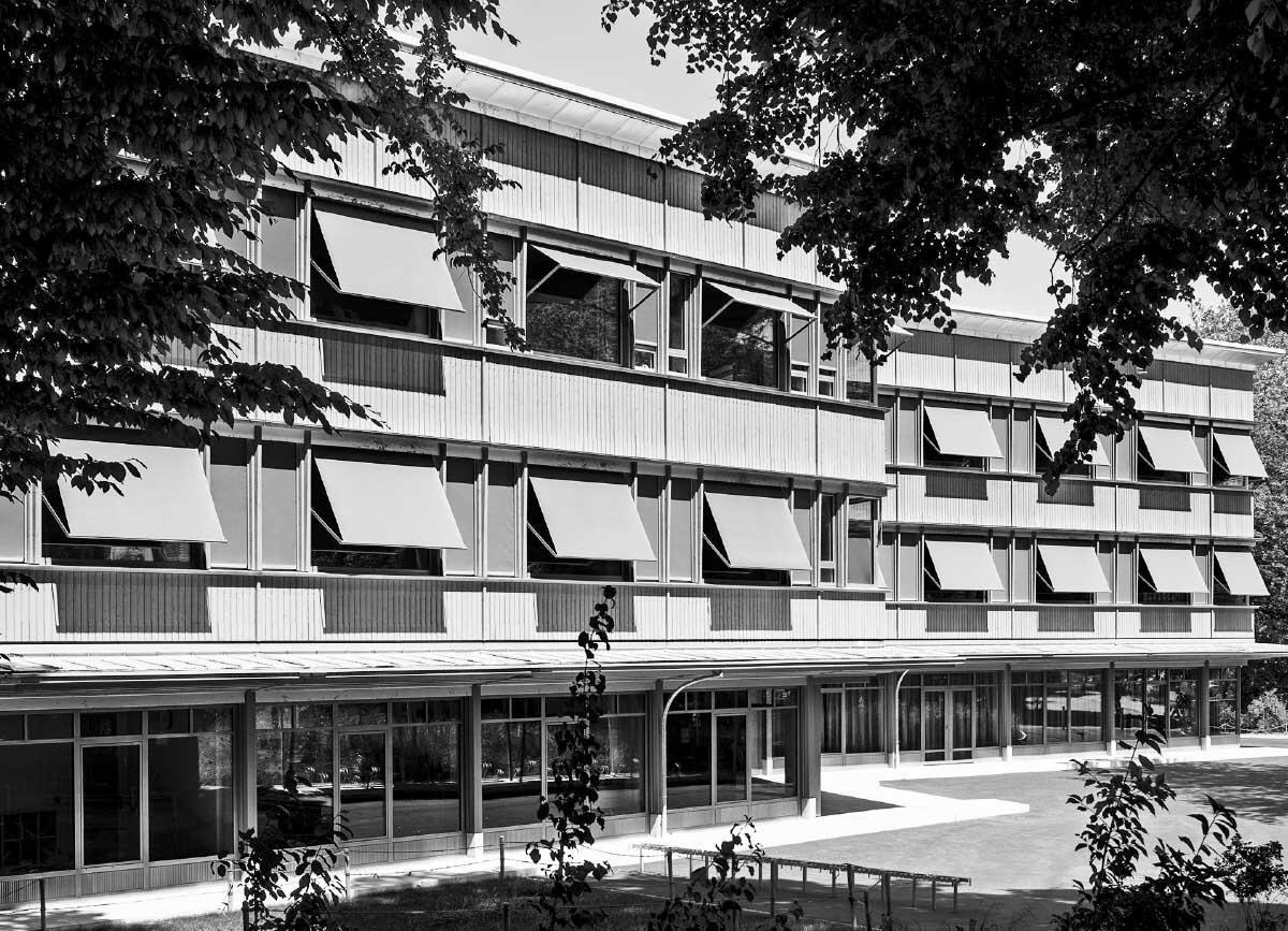 Die diagonale Setzung der Schule vermeidet Frontalität. Eine offene Laube verbindet als Schwelle das Haus mit dem Park und der Stadt. Bild: Jürgen Beck