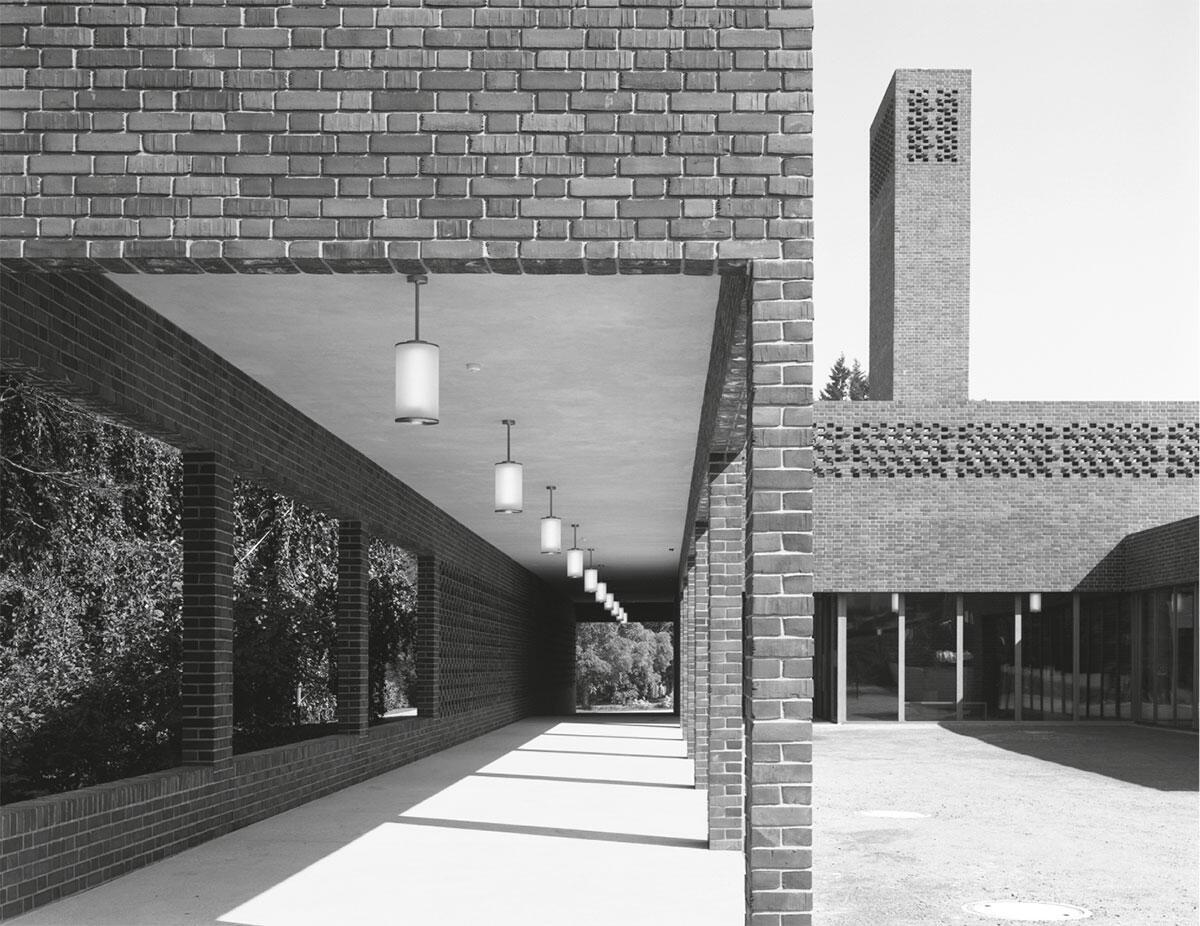 Eine gedeckte Kolonnade begleitet den Weg der Trauernden zum Krematorium in St. Gallen, offene Wandfelder gehen dabei in geschlossene über. Bild: Hélène Binet