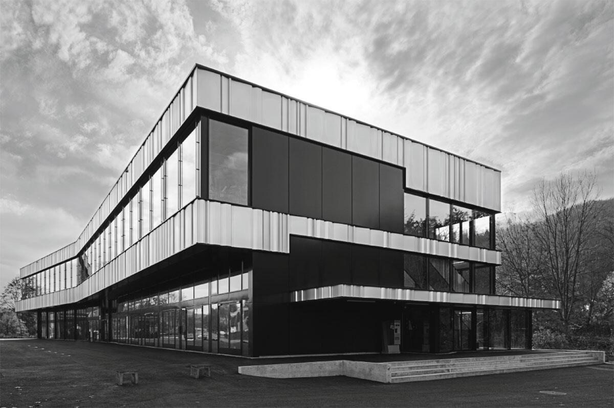Schweizerische Technische Fachschule, Kompetenzzentrum Automobiltechnik, Winterthur von ARGE Walser Zumbrunn Wäckerli Architektur und Weiss & Schmid Partner Architekten