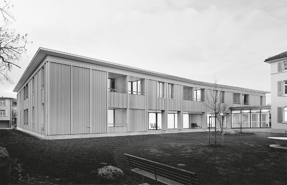 Eine grosszügige Loggia verbindet den Erweiterungsbau des Pflegeheims in Arbon mit dem Garten.