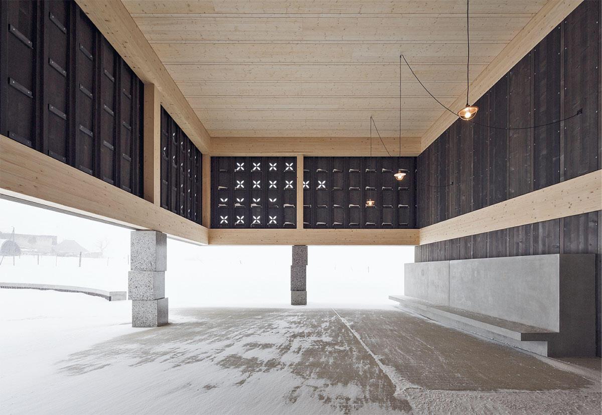 Gedeckter Pausenplatz als Auftakt für die Raumsequenz. Bild: Luis Díaz Díaz