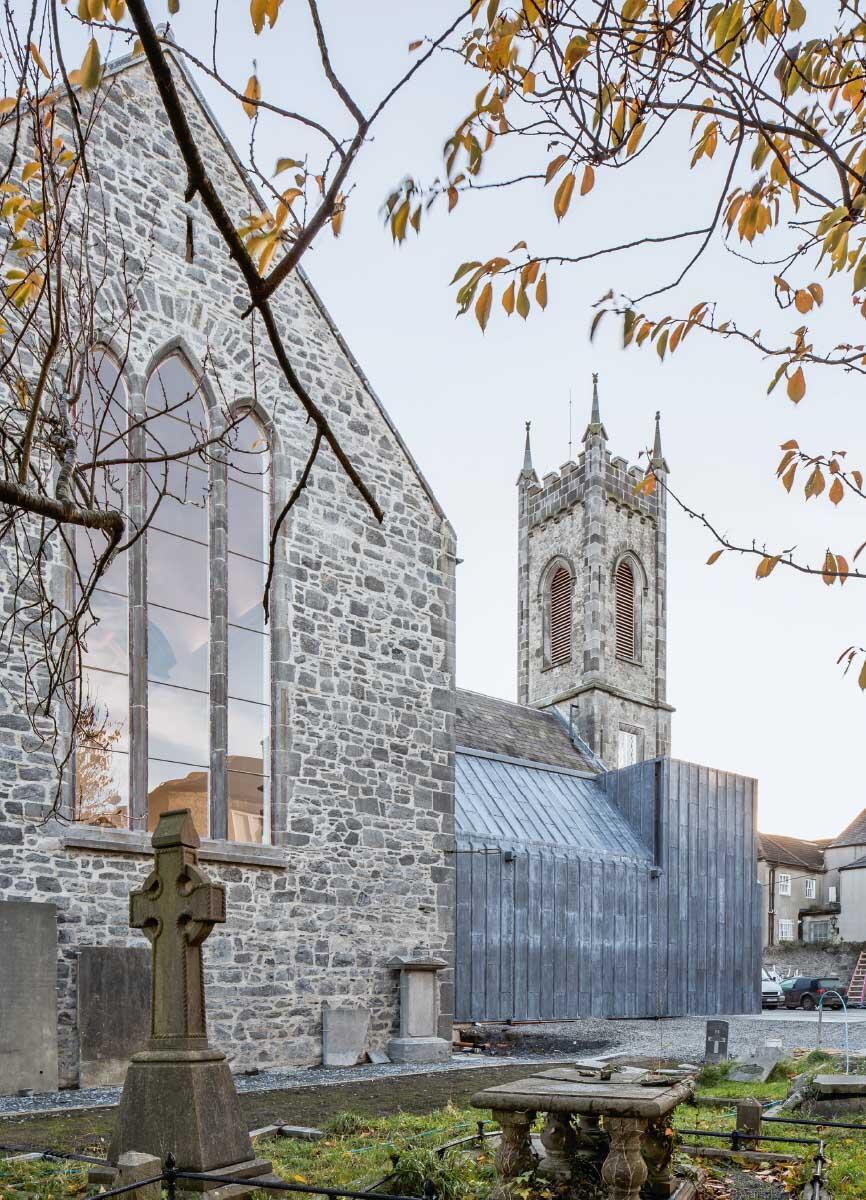 Das wiederhergestellte nördliche Seitenschiff vervollständigt das Volumen der mittelalterlichen Kirche. Bild: Brigida González