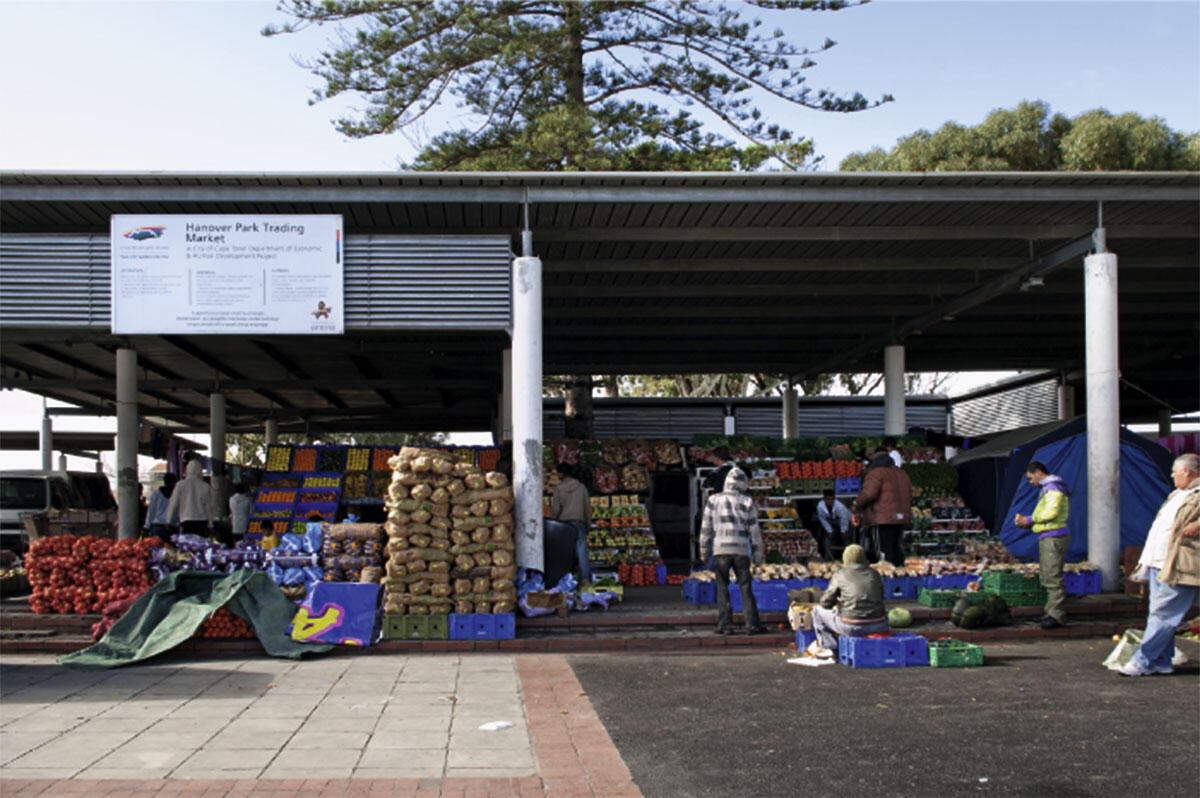 Township Hanover Park, im Rahmen des Dignified Places Programme ausgeführte Dachkonstruktion für einen informellen Markt, Architekt Lucien LeGrange, 2001.