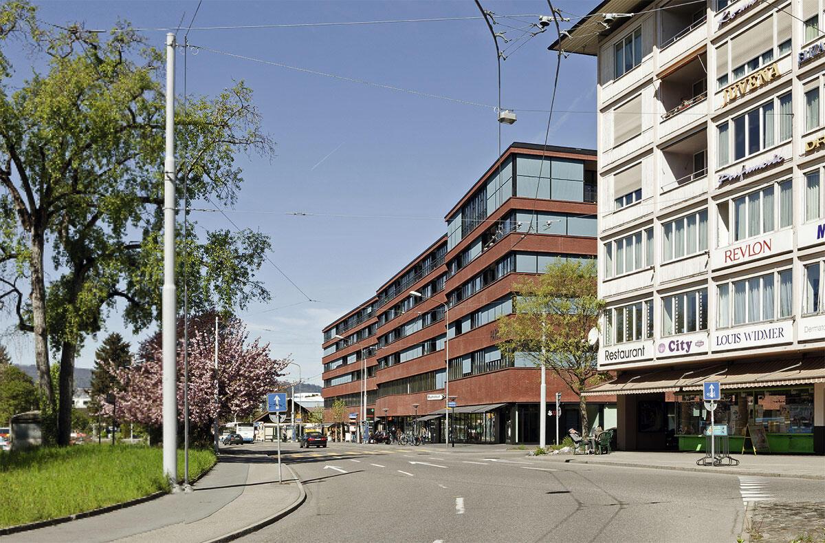Bautypologisch besteht das «Parkside» aus elf Gebäuden im Blockrand mit Überbauung im Innenhof. Dies lässt sich an der kleinteilig rhythmisierten Erdgeschossnutzung gut erfahren, die Fassade zeigt den Bau hingegen als Grossform.