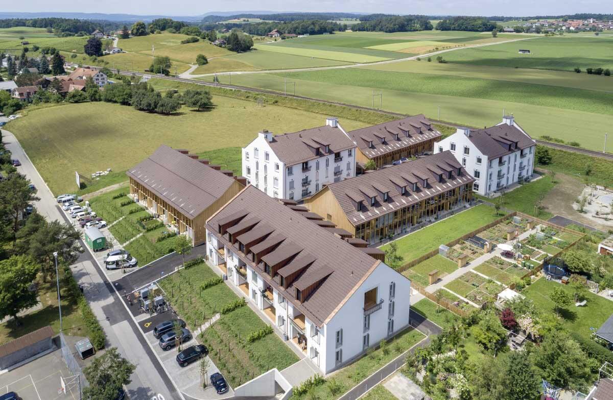 Die Siedlung Orenberg greift auf der grünen Wiese am Dorfrand räumliche Prinzipien und historische Bauformen des Dorfs auf. Bild: Alessandro Della Bella