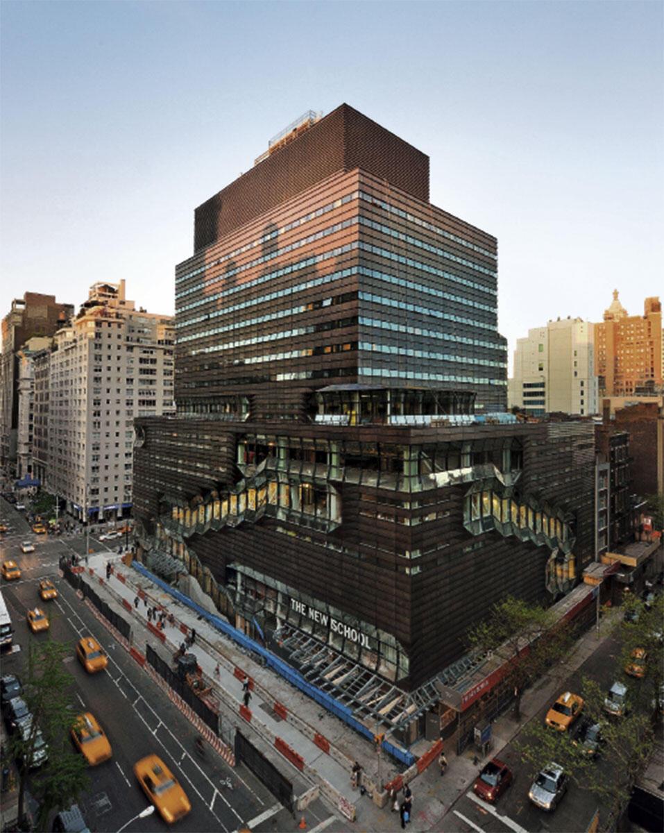 Das 18-geschossige University Center an der Fifth Avenue, das neue Herzstück der «New School» wagt eine Hybridisierung der Nutzungen: Nach dem Entwurf von SOM entwickelt sich der vertikal gestapelte Campus auf den unteren sieben Geschossen mit Auditorium, Bibliothek, Seminarräumen und Ateliers in die Höhe. Treppenkaskaden verbinden die Geschosse und öffnen sich auf grössere «Sky Quads» – offene Plätze, die als Treffpunkte und informelle Lernorte dienen. Die oberen, zurückgesetzten Geschosse bieten Wohnraum für 600 Studierende.