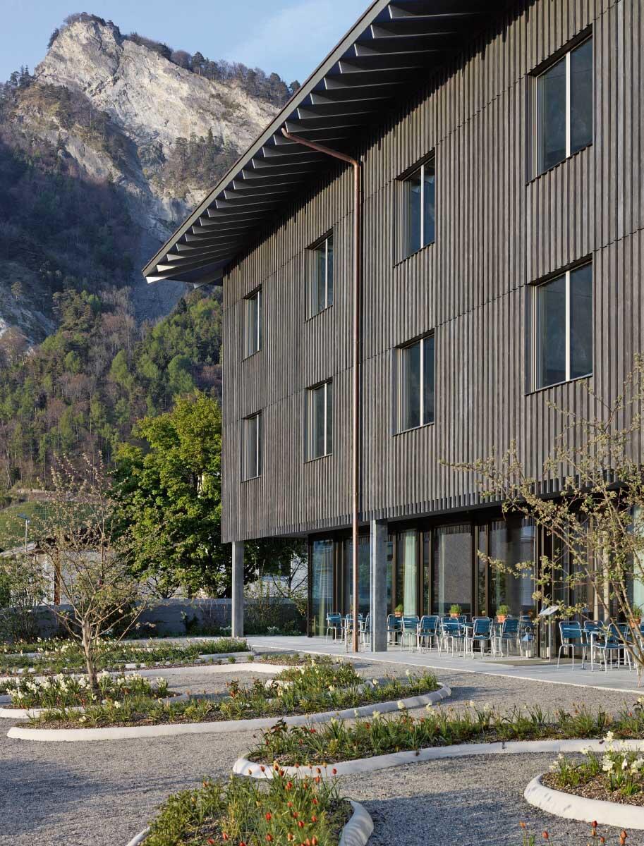 Das grösste Gebäude am Ort präsentiert sich als herrschaftlicher Schuppen, seine «Holzfassade» ist aus Beton. Bild: Ralph Feiner