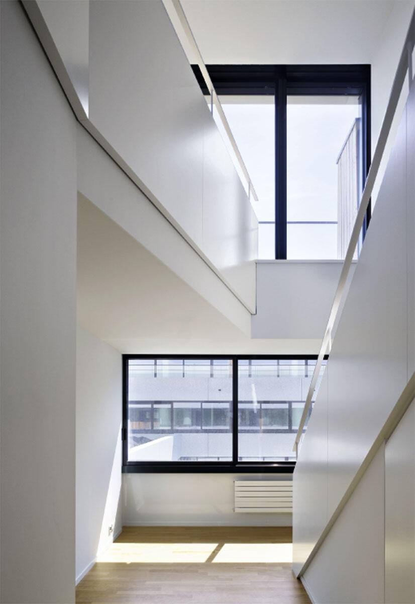 Maisonette-Wohnungen verbinden die Fassadenseite zum Hof mit jener zur Strasse.