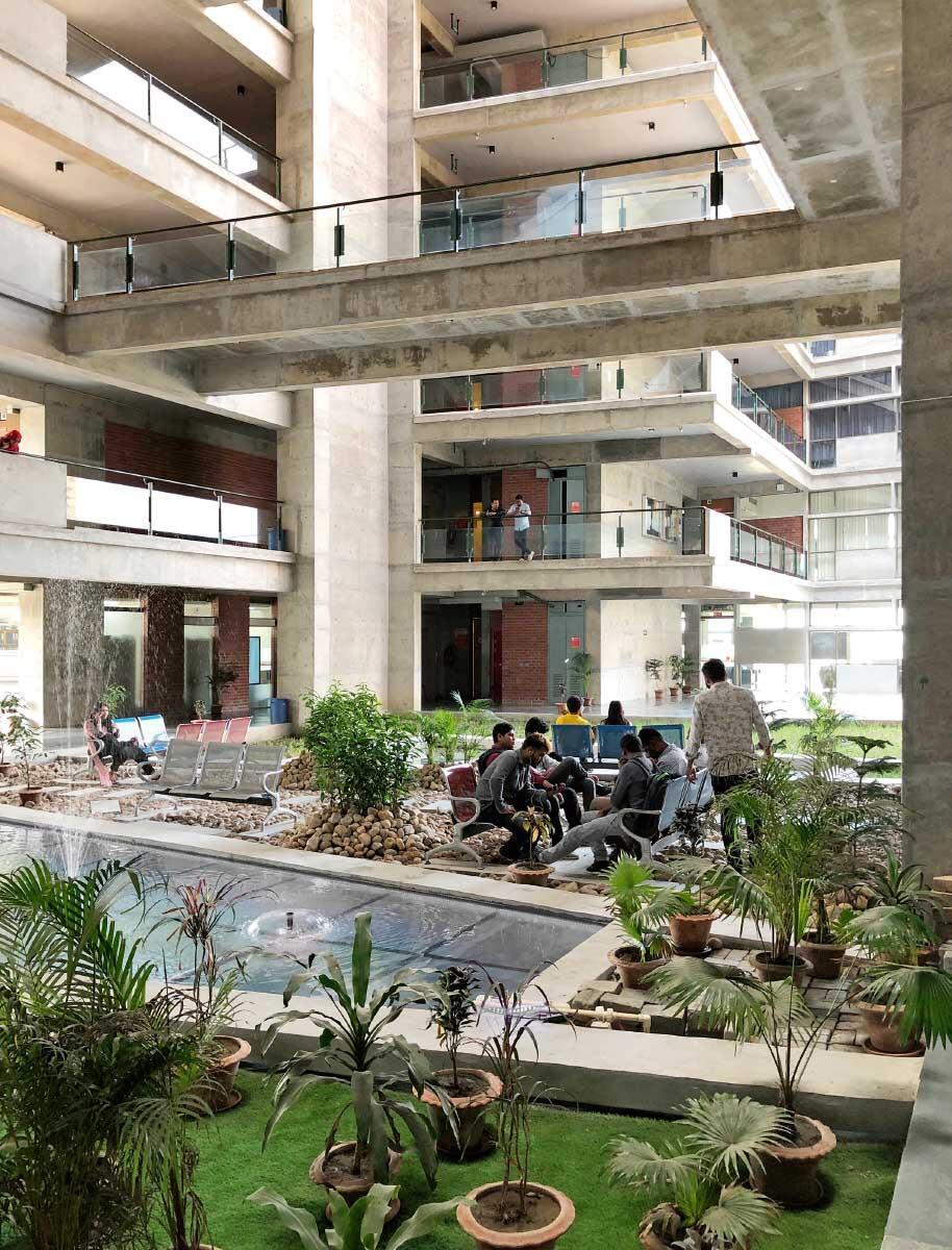 Raum im Überfluss: Das Eingangsfoyer der United International University öffnet sich in schwindelnde Höhen – und wird vom Wind gekühlt. Bild: Niklaus Graber