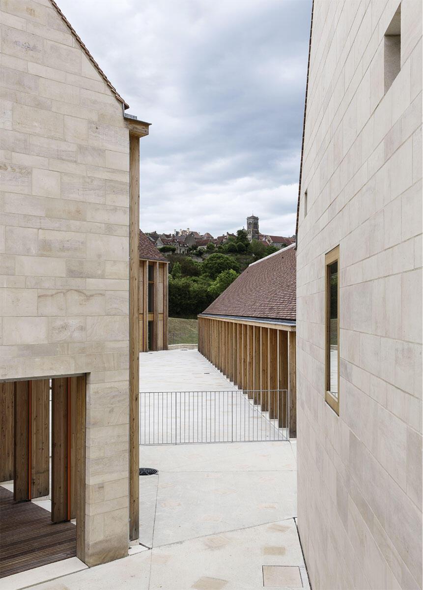 Schwierige Bedingungen in Vézelay: Der gemeinsame Hof mit Blick auf die Basilika ist leider nur beschränkt öffentlich. Für einen geplanten Baum fehlte das Geld. Architektur: BQ+A – Quirot, Vichard, Lenoble, Patron, architectes associés.