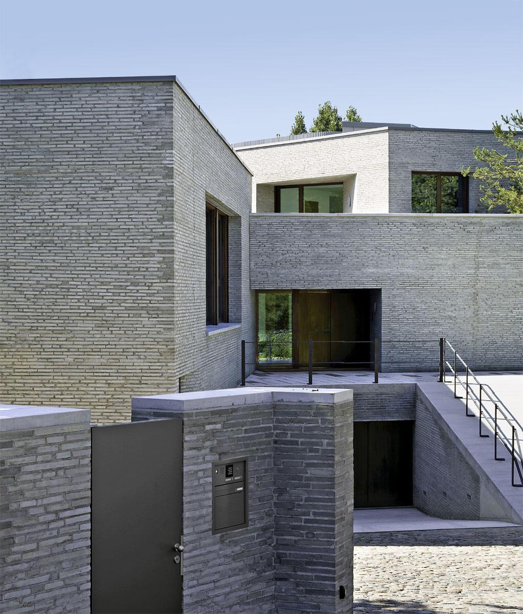 Bewegtes Spiel der Volumen und Niveaus: Eingangspartie mit gleichwertigen Rampen zur Tiefgarage und zum darüber liegenden Haupteingang: Villa in Cologny von Charles Pictet.