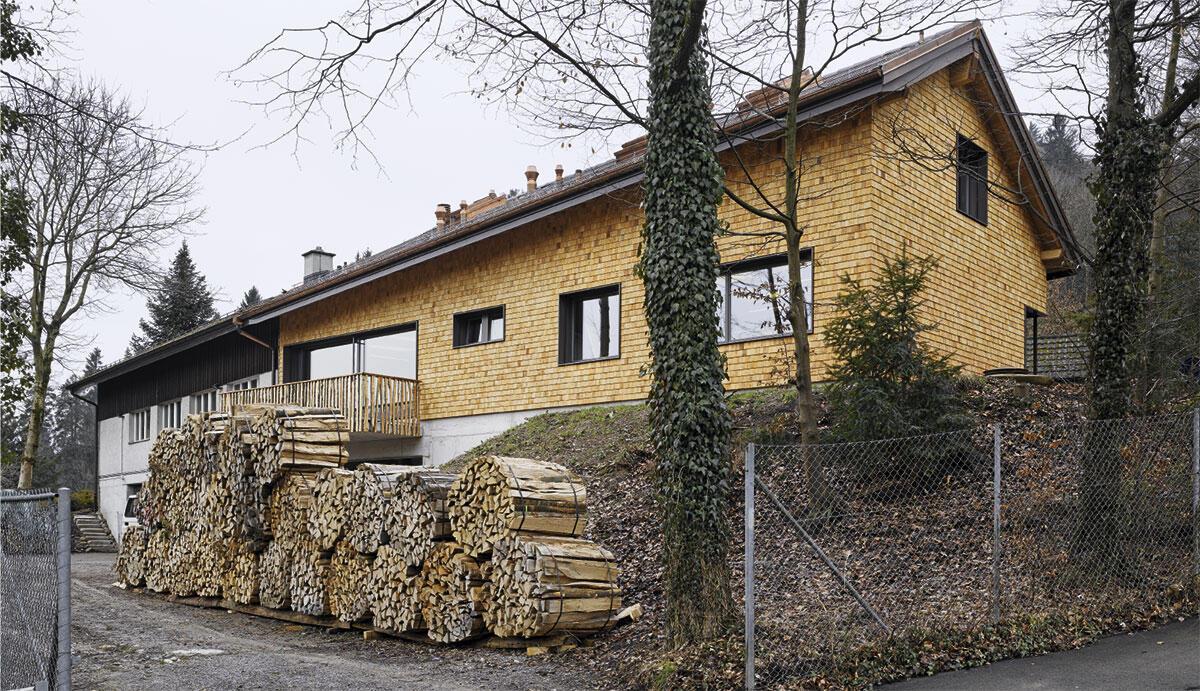Der Neubau des Forstwerkhof Albisgüetli in Zürich im frischen Kleid aus Eibenschindeln.