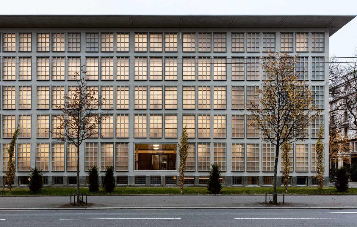 Brechung der klassischmodernen Strenge: Ein neues Fenster verbindet das als Freihand-bibliothek genutzte ehemalige Büchermagazin mit dem Stadtraum. Bild: Leonardo Finotti