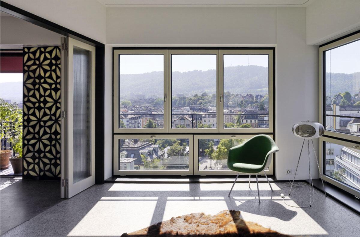 In den «Hochhauswohnungen» ab dem 5. Obergeschoss haben die Fenster einen Sturz und reichen bis zum Boden; der Blick wird in die Ferne und nach unten in die Stadt gelenkt.