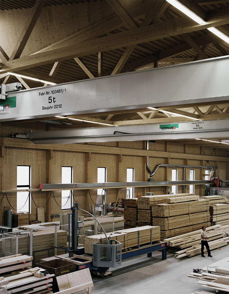 Erstaunlich schlanke Stützen tragen mächtige Brettschichtholz-Fachwerkträger; aus Holz ist sogar der horizontale Träger der Kranbahn.