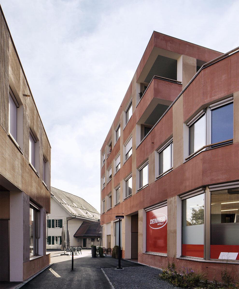 Deitingen: Schmaler Durchgang zwischen Bank- und Ladengebäude mit Blick auf das bestehende Geimeindehaus. In den oberen Geschossen sind Alterswohnungen untergebracht.