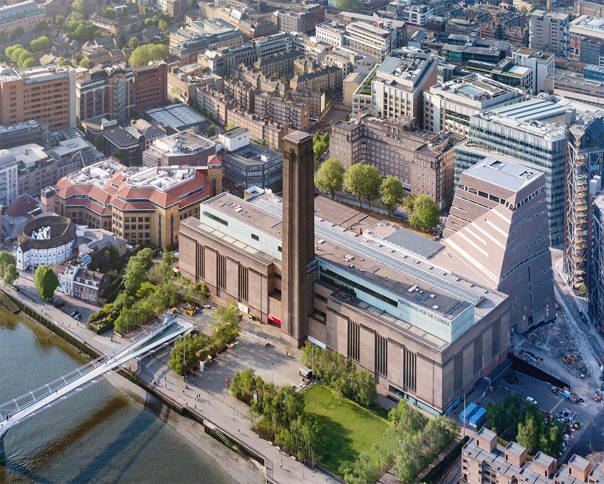 Hinter der Turbinenhalle, an der Stelle der alten Transformatorenstation steht der neue Anbau. Rechts im Bild spriessen die Wohntürme von Richard Rogers in die Höhe. Deren vollverglasten Wohnungen gewähren unerwünschte Einblicke vom neuen Aussichtsdeck der Tate Modern in London. Architektur: Herzog & de Meuron