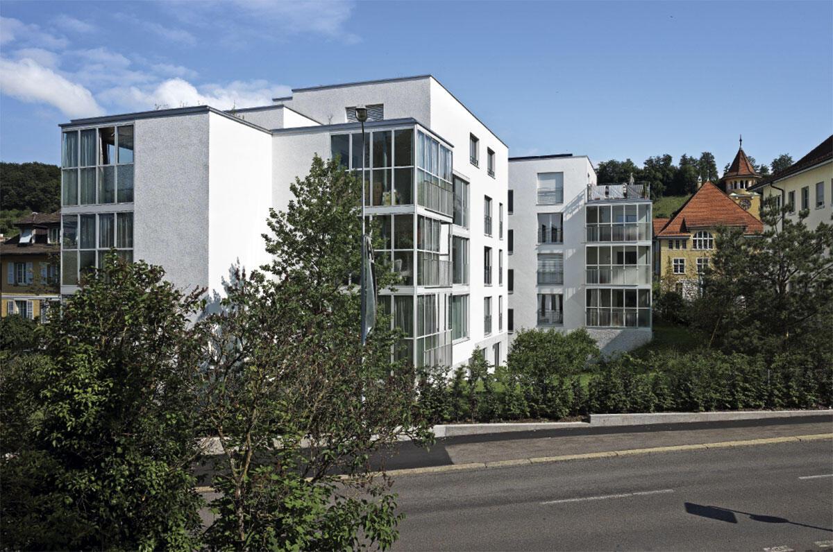 Wohnhaus Laur-Park in Brugg von pool Architekten. Ansicht von Süden: Die zahlreichen Versprünge des Volumens unterstützen die Integration des Neubaus in das kleinteilige Quartier.