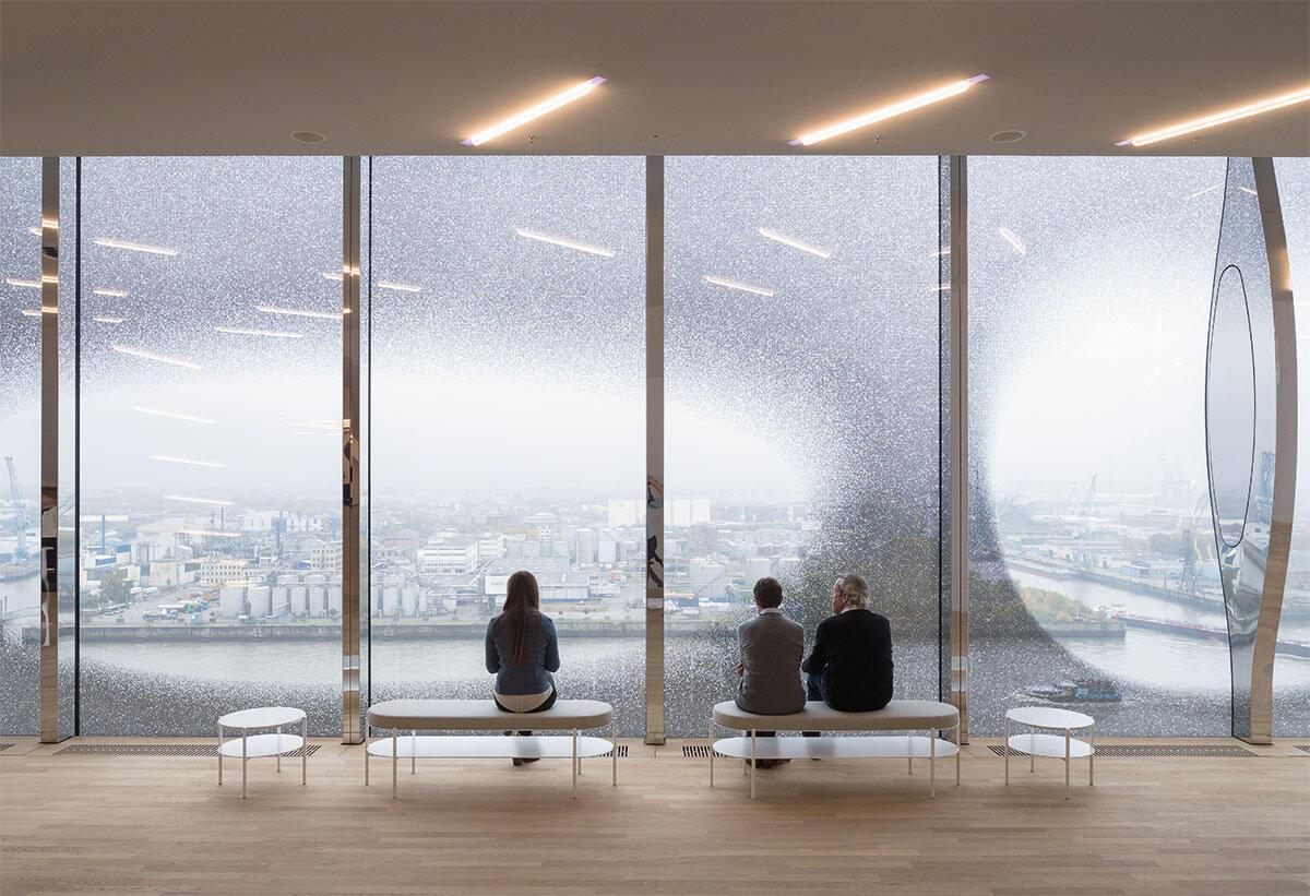 Den Konzertbesuchern der Elbphilharmonie ist der Ausblick aus den oberen Etagen vorbehalten. Alster und Hafen kommen hier gleichzeitig in den Blick. Architektur: Herzog & de Meuron