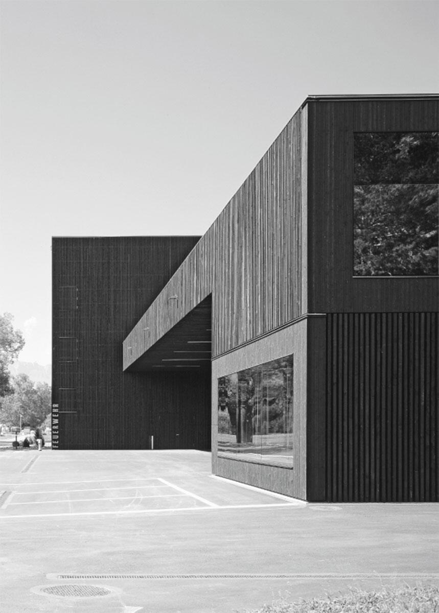 Gemeindewerkhof Neugrüt von cavegnarchitektur, Schwan: Vorne rechts die Kommandozentrale, hinten der Schlauchturm.