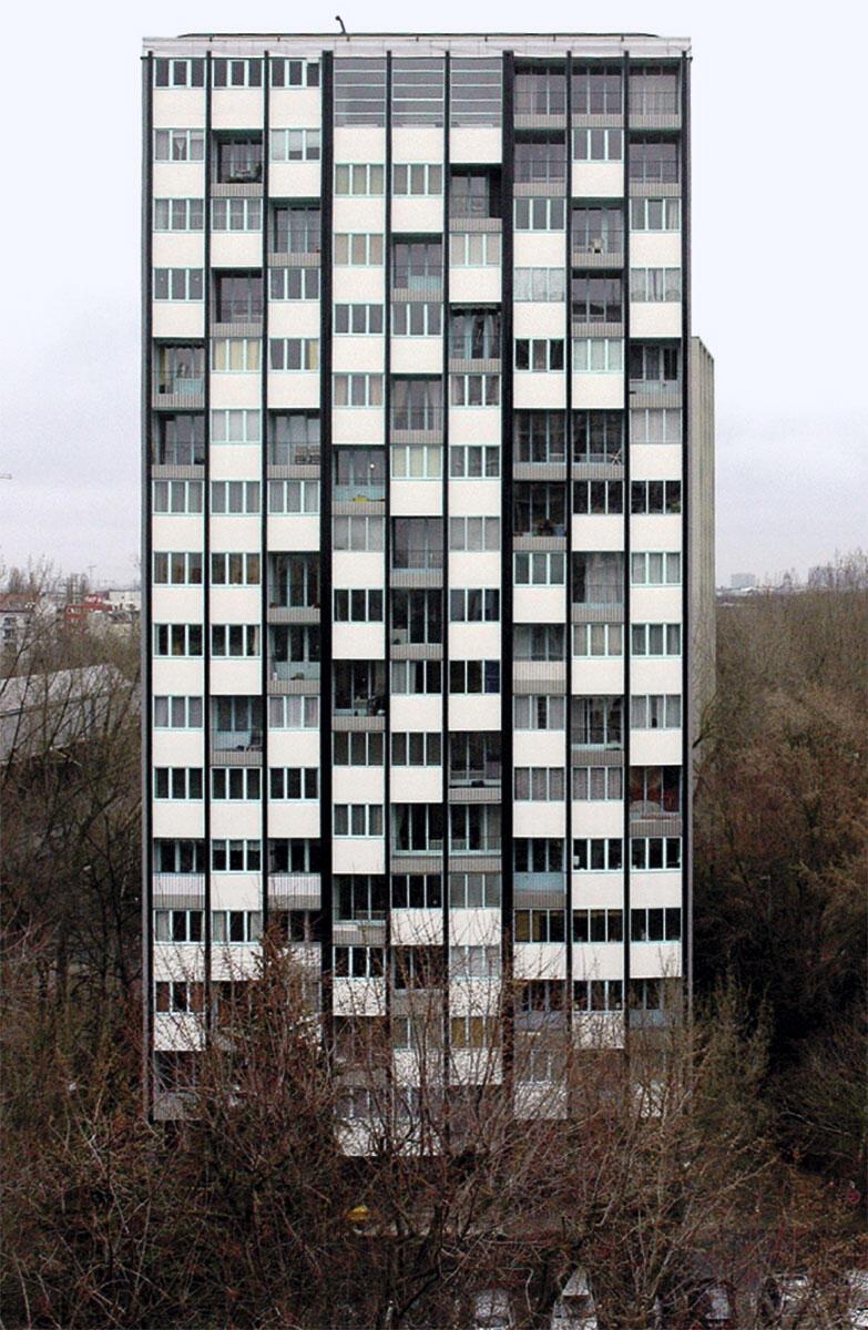 Für die Interbau 1957 erbauten Raymond Lopez und Eugène Beaudoin das Hochhaus Nr. 20 im Berliner Hansaviertel. Es blieb über die Jahrzehnte bis auf den Einbau von Kunststofffenstern weitgehend im ursprünglichen Zustand. Für dieses Gebäude, das heute als wichtiges Kulturdenkmal geschützt ist, wählte das Berliner Büro Brenne Architekten eine Strategie der Instandsetzung der originalen Substanz und der originalgetreuen Wiederherstellung verlorener Elemente, die 2009–12 umgesetzt wurde. Zustand 1957 und 2012.