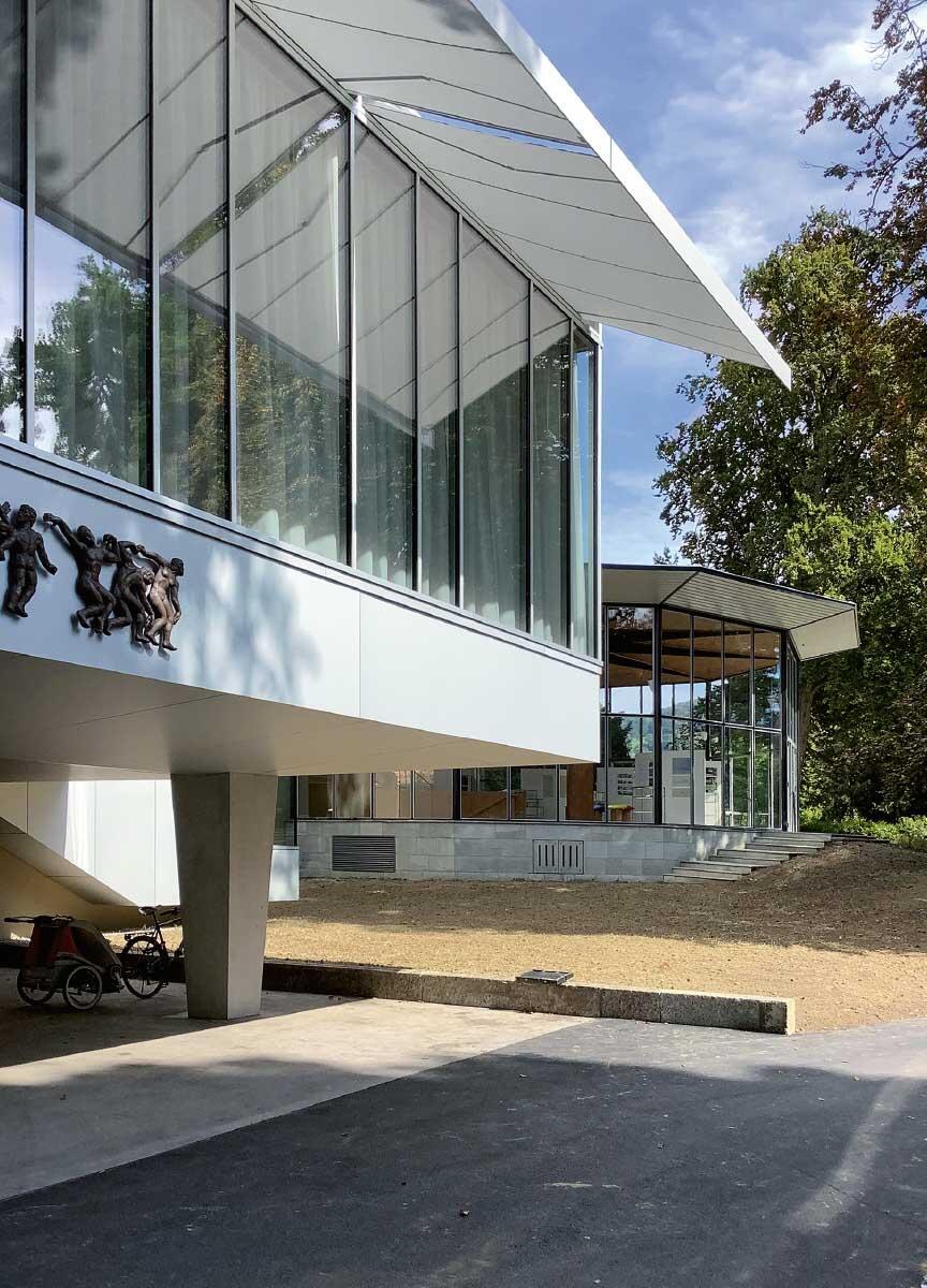 Verwandt, aber nicht gleich: Das neue Foyer zur Strasse und das Sachs-Foyer im Park. Das Foyer von 1964 wurde gespiegelt, bestehende Stützen konisch ummantelt. Bild: Martin Boesch