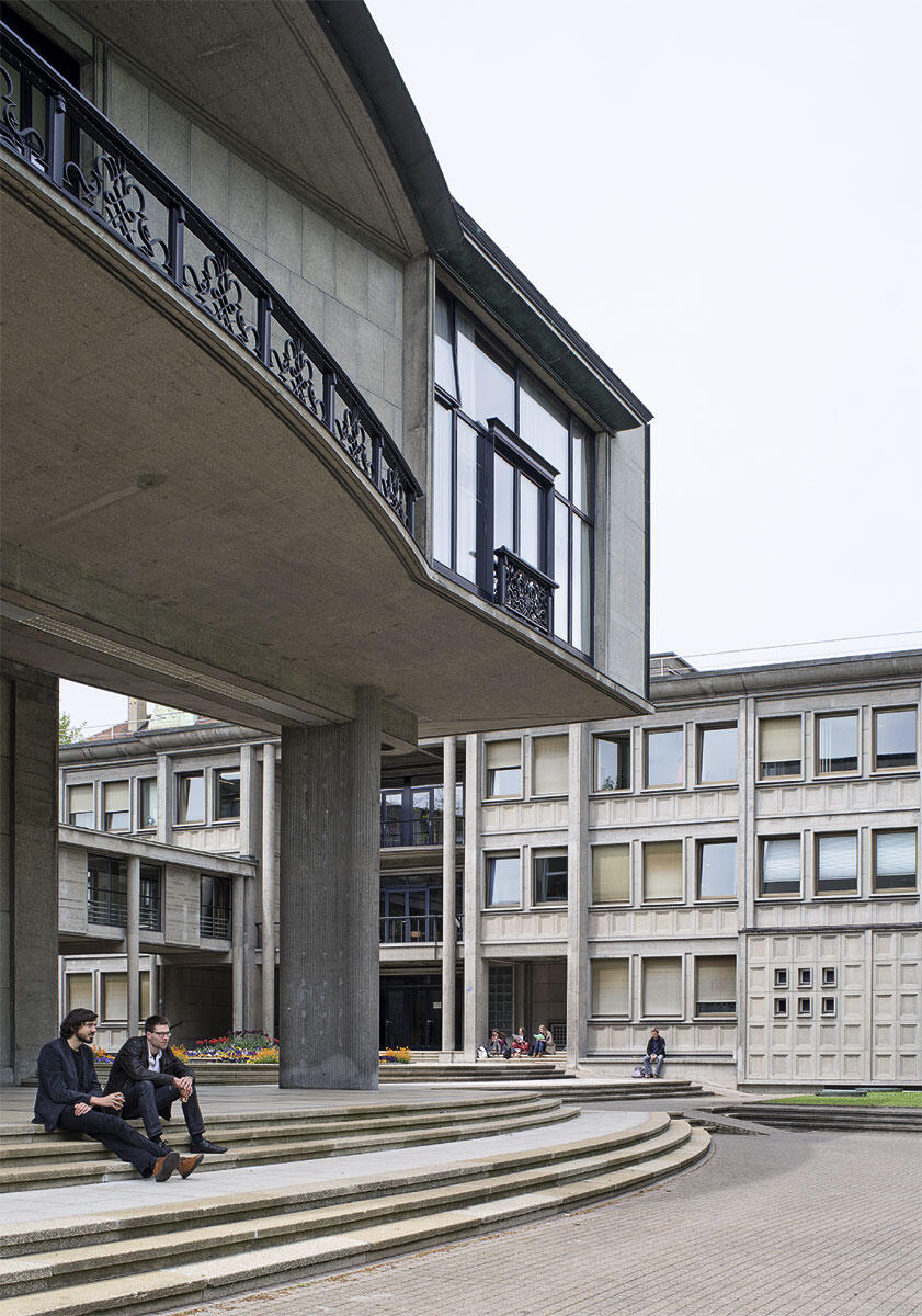 Universitätsgebäude Miséricorde der Architekten Denis Honegger und Alexandre Dumas, 1937-41. Der vornehme, grosszügige Zentralkorpus auf mächtigen Pfeilern ist in Stahlbeton ausgeführt und mit Stahlgittern des Atelier Bonnet geschmückt. Er beinhaltet vornehmlich das Rektorat und, im hinteren Teil, die grosse Aula der Universität. Im Hintergrund ruht der Seminartrakt mit seinen charakteristischen Hebefenstern.