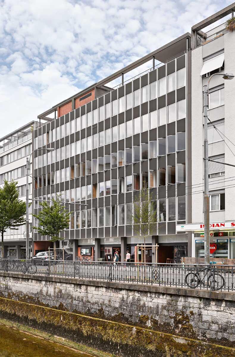 Die denkmalgeschützte Aluminiumfassade blieb beim Umbau integral erhalten. Bild: Dirk Weiss