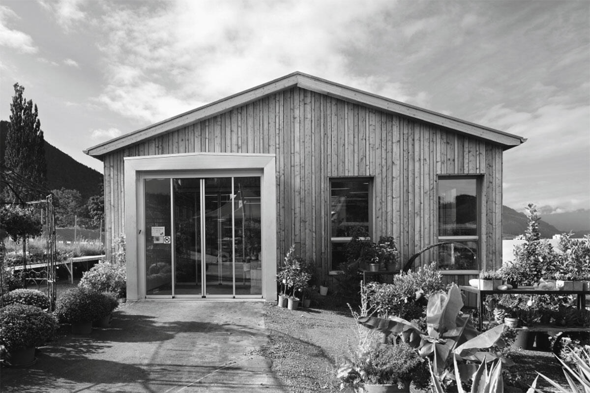 Schlichte Architektursprache, raffinierte Fassade: Der Neubau des Verkaufsgebäude der Psychiatrischen Klinik Waldhaus in Chur von V. Cangemi & A. Tettamanti, Chur