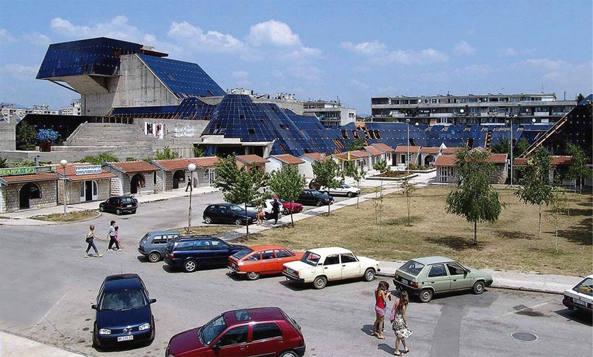 Das sozialistische Kulturzentrum Dom Revolucije von Marko Mušič wurde nach Baubeginn 1978 nie fertiggestellt. Sanie- rung und Wiederbelebung umfassen neue Einbauten genauso wie Teile, die nicht berührt werden.