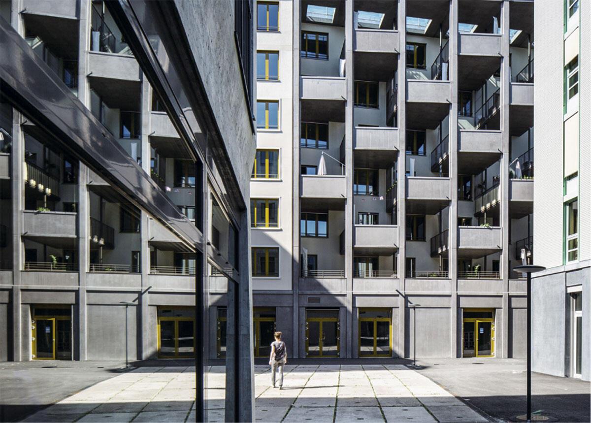 Hunziker-Areal in Zürich: Blick durch den Gassenraum auf die Balkonfront von Haus F (Architektur: Futurafrosch, Zürich).