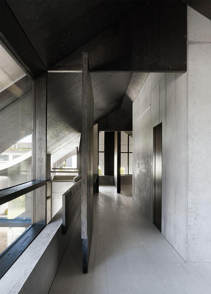 Trotz der wenigen Öffnungen strömt Tageslicht aus allen Richtungen in das Haus in Lörrach von Buchner Bründler Architekten.
