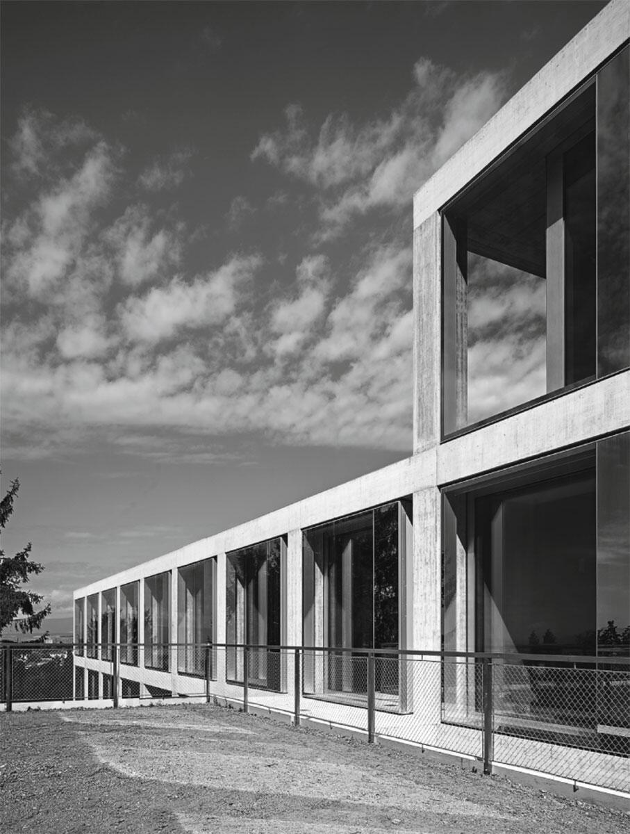 Une grille neutre en béton a permis une forte flexibilité durant le processus de planification en intégrant de nouveaux programmes dans le respect du concept initial: Collège de Belmont-sur-Lausanne de 2b architectes.