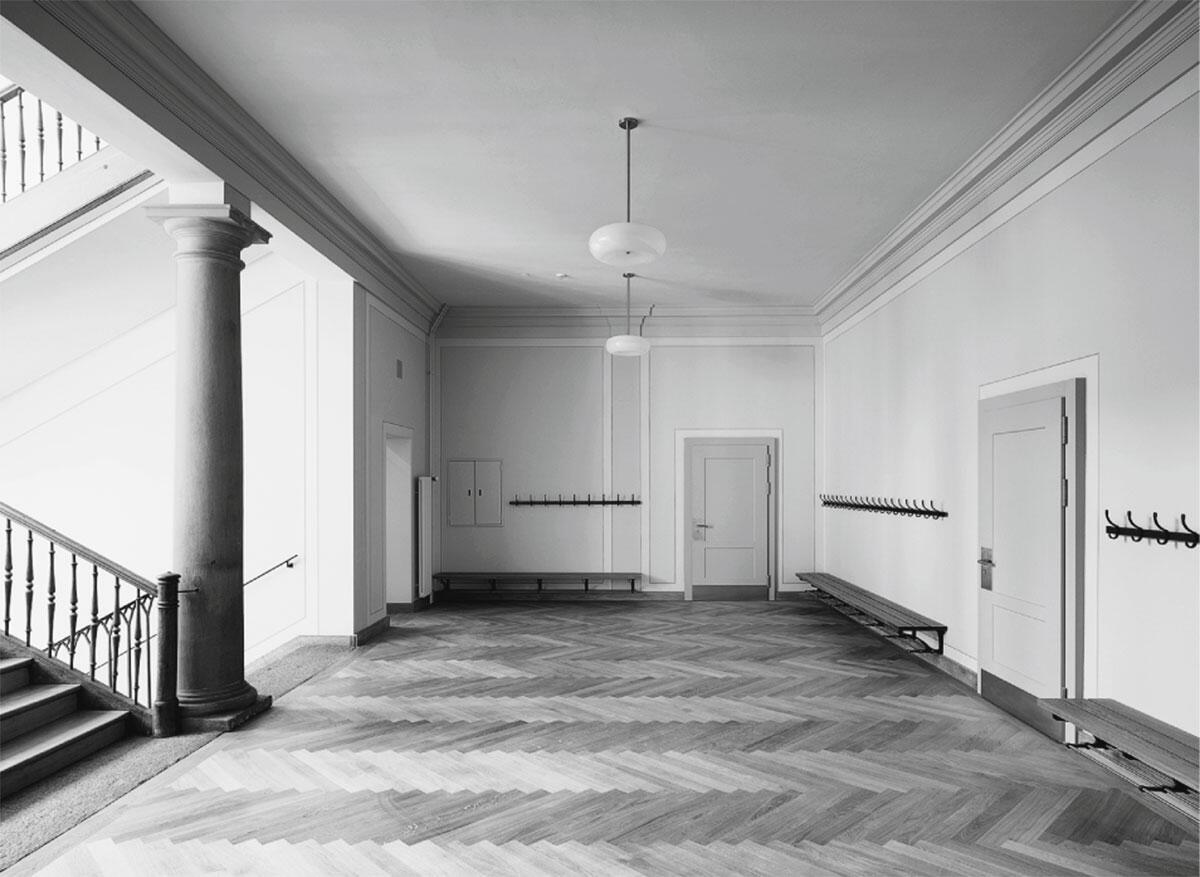 Repräsentation und klassische Symmetrie herrschen in den Ilgen-Schulhäusern in Zürich-Hottingen. Die purifizierte Turnhalle hat ihren baulichen Schmuck bei der Instandsetzung zurückbekommen.