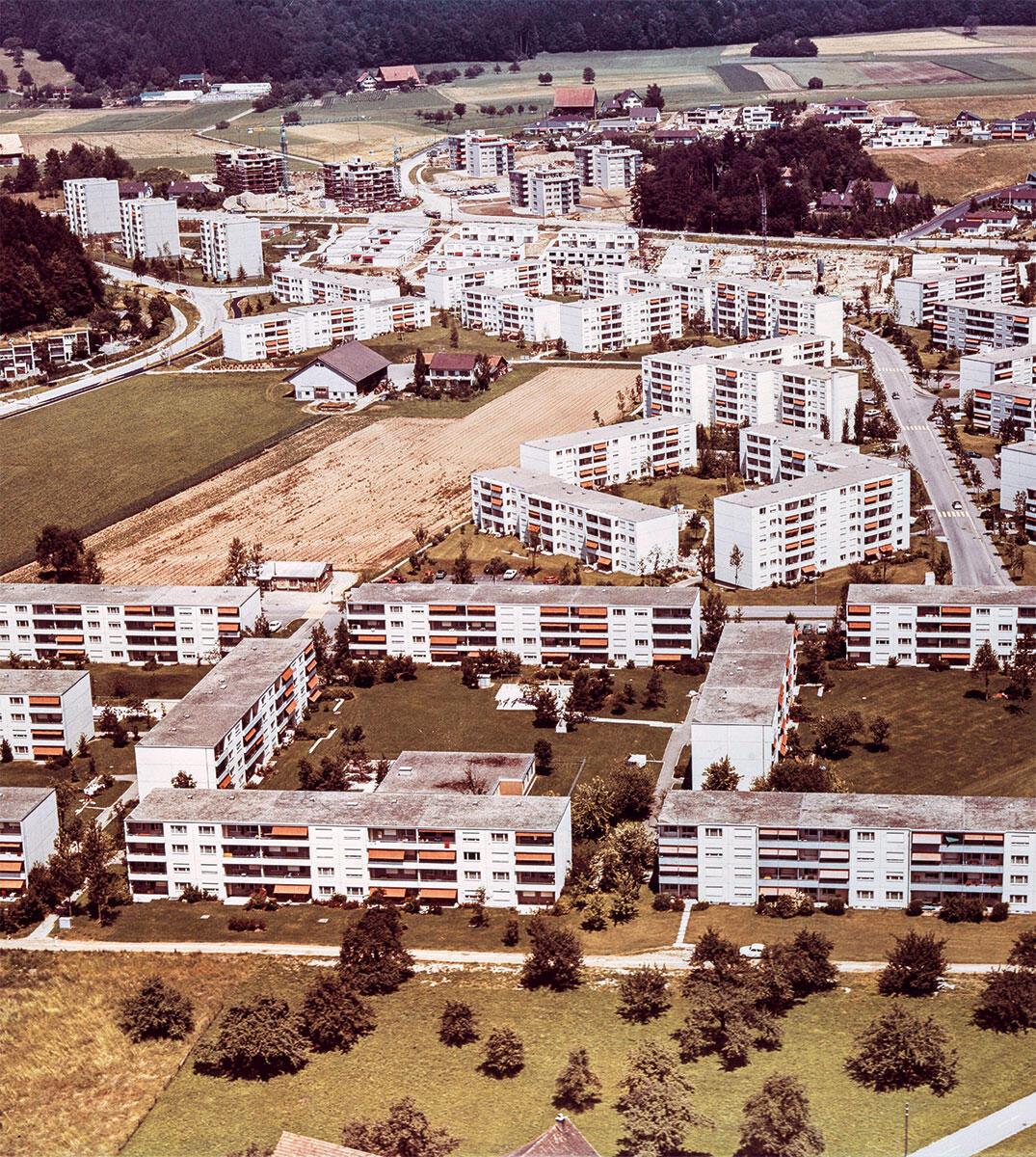 Siedlung Sunnebüel in Volketswil, die einem repetierbaren städtebaulichen Muster folgt. Bild: ETH Bibliothek Zürich / Stiftung Luftbild Schweiz / Swissair Photo AG