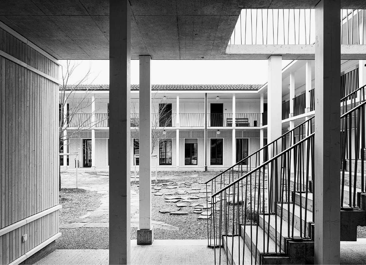 Japanisch wirken Hof und Garten ebenso wie die Räume in den neuen Bauten. Die fein gezeichneten Linien folgen der Elementbauweise aus Holz.  Bild: Lucas Peters