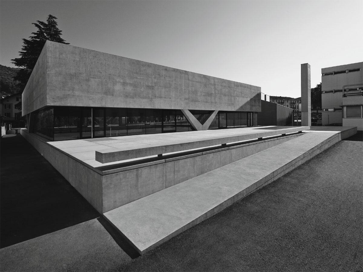 Lediglich vier V-Stützen tragen das Dach der Zweifachturnhalle von Baserga Mozzetti Architetti.