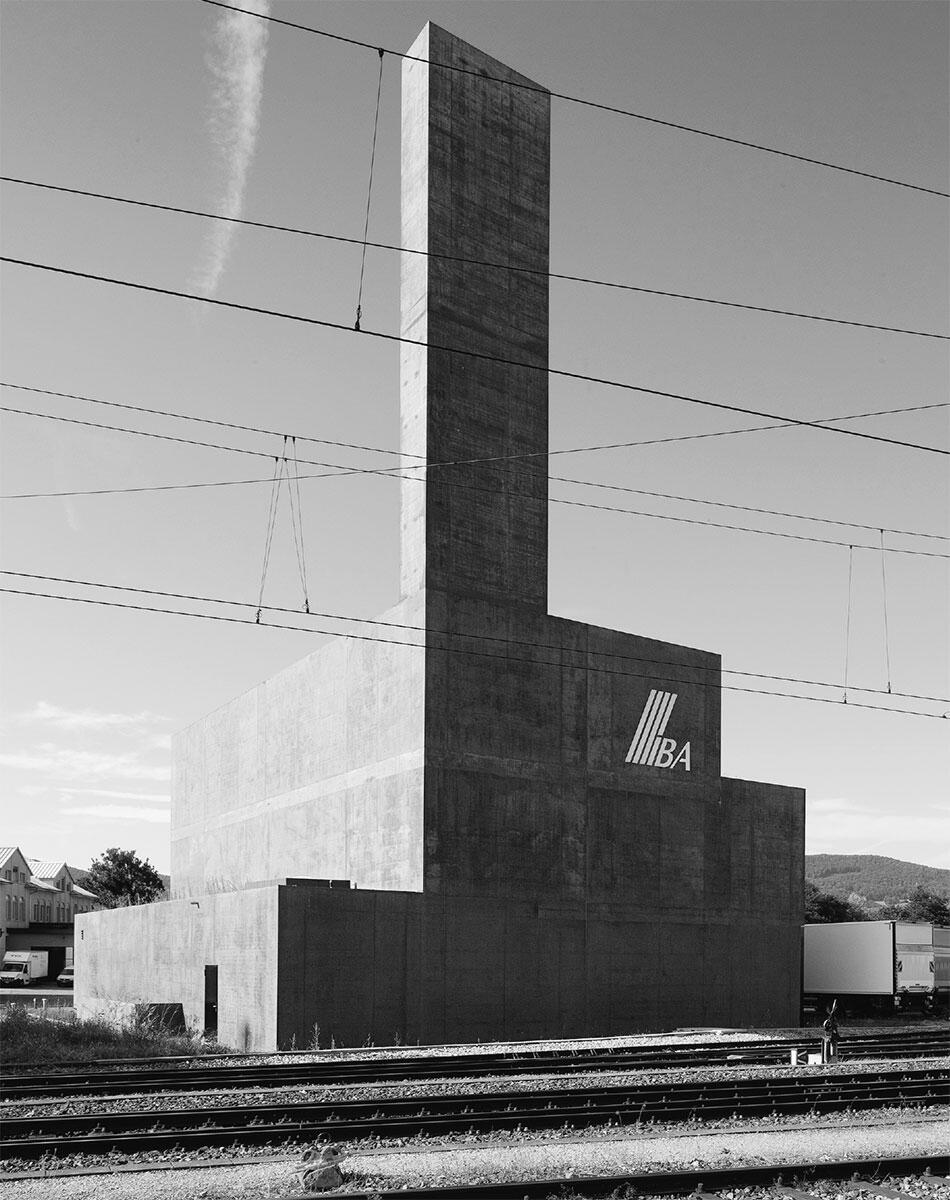 Prägnante Marke am Gleisfeld in Aarau. Die Kubatur bildet das von den Ingenieuren vorgegebene Innenleben ab: Energiezentrale Torfeld in Aarau von Frei Architekten. Bild: Daniel Erne