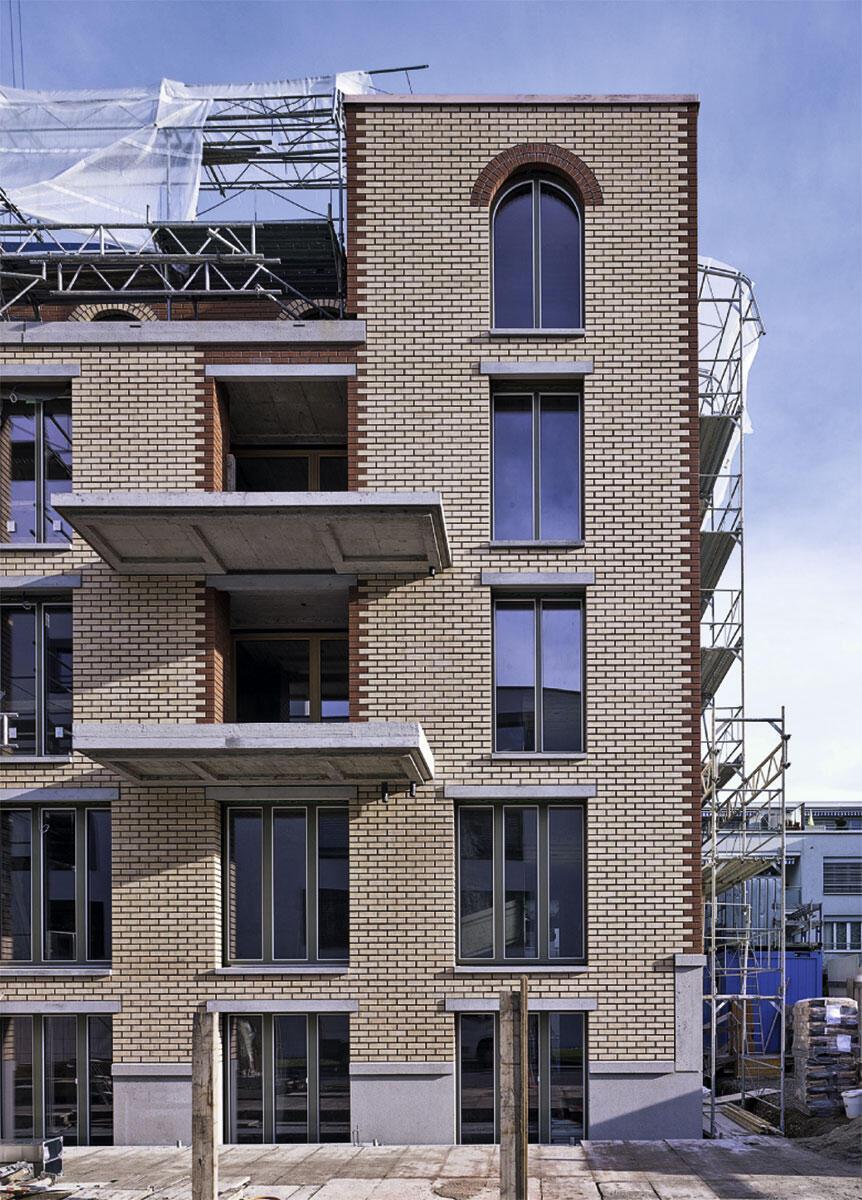Mit entwerfendem Scharfblick und handwerklichem Können wurden Backstein, Beton und Kalksandstein zu einem tektonischen Ganzen verwoben. Mehrfamilienhaus in Zürich von Käferstein & Meister.