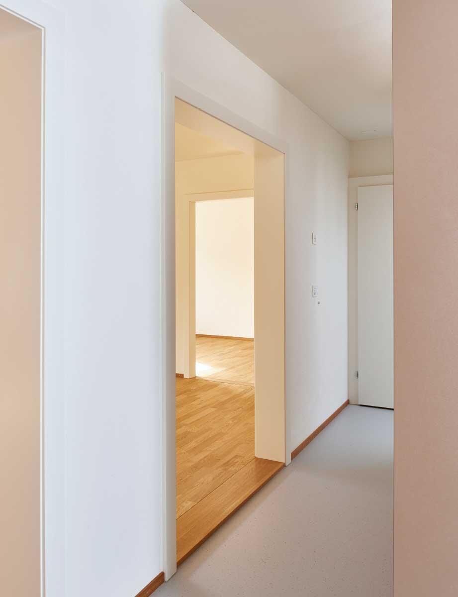 Wenig Fläche, aber viel Raum und weite Perspektiven: Durch die Öffnung des Korridors wurde die Altwohnung in der Kolonie Letten in Zürich hell und geräumig. Bild: Theodor Stalder