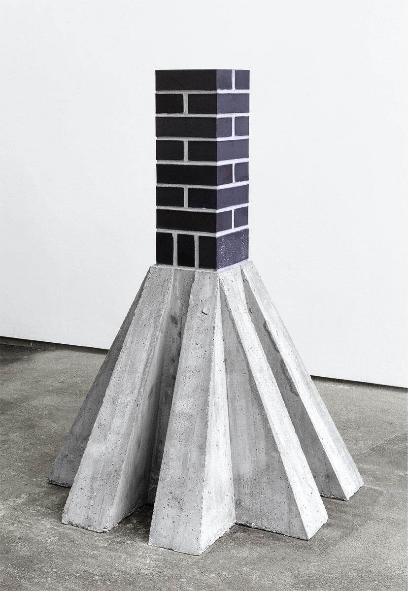 Klinkerstütze auf Betonsockel, ein Werk des jungen deutschen Bildhauers Karsten Födinger. Ein Monument für den Fetisch des massiven, tragenden Backsteins.