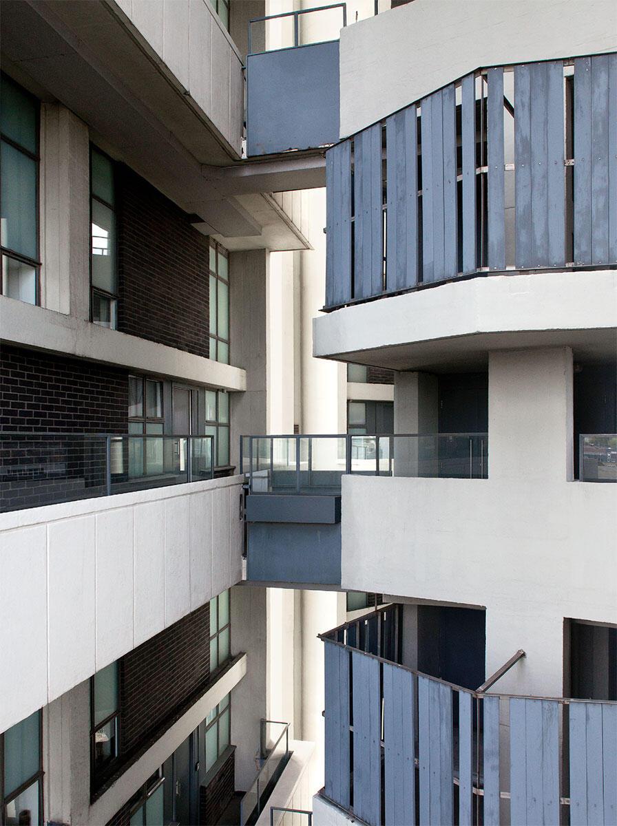 Die Maisonettewohnungen sind über Laubengänge an der frischen Luft erschlossen: Das Dazwischen als Kontakt- und Konfliktzone. Keeling House, London. Architektur: Denys Lasdun