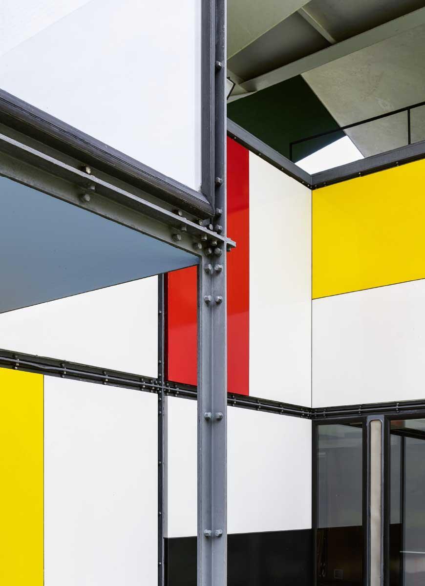 Scheinbar gut im Schuss präsentierte sich der im Modulor-Masssystem gebaute Pavillon vor der Instandsetzung. Während die farbigen Emailplatten gut erhalten waren, zeigte die Stahlkonstruktion stellenweise deutliche Spuren des Zerfalls. Bild: Georg Aerni